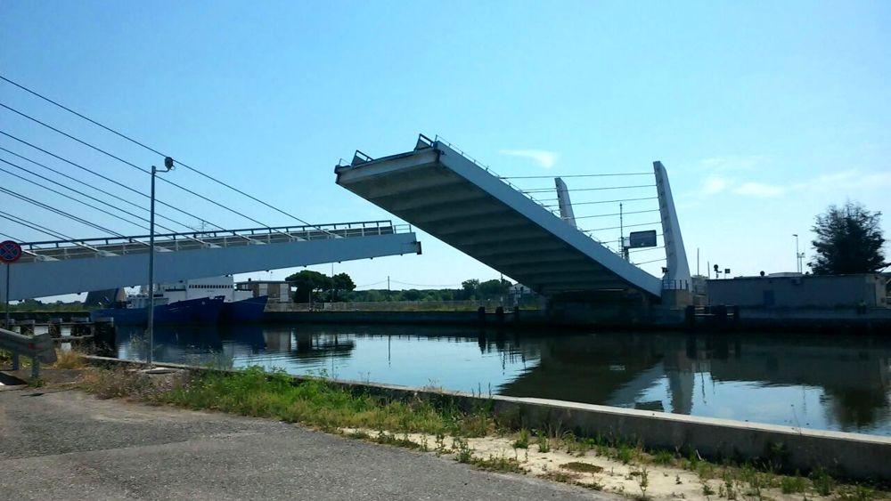 Si festeggia la madonna greca apre il ponte mobile for Mobile a ponte