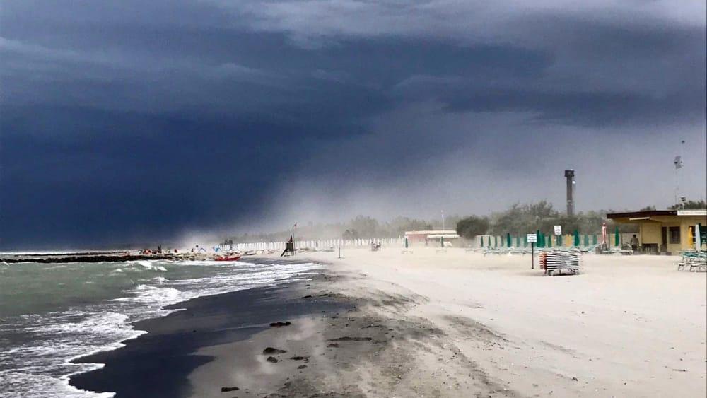 Meteo irrompe la bora tempeste di sabbia sul litorale temporali nel faentino - Meteo it bagno di romagna ...
