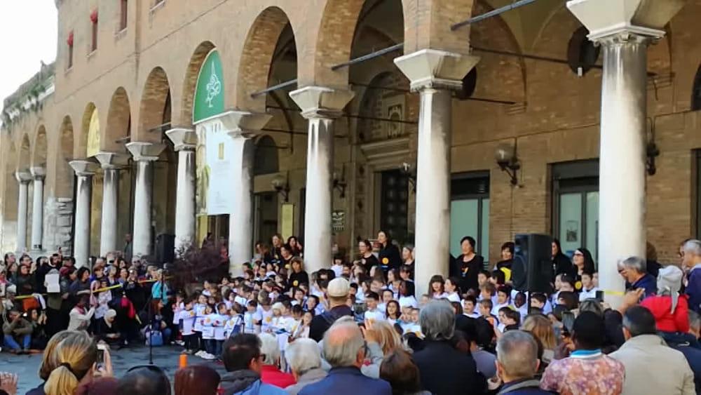 La parata musicale dei bambini della scuola materna Pasi ...