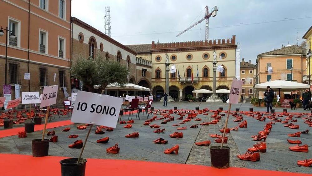 una distesa di scarpe rosse in piazza per dire no alla violenza sulle donne una distesa di scarpe rosse in piazza